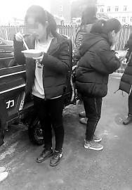 蛟河市黄松甸镇中心校网络流传的视频显示学生们在寒风中吃饭 视频截图