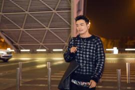 杨烁曝最新街拍 蓝白格纹毛衣低调有质感
