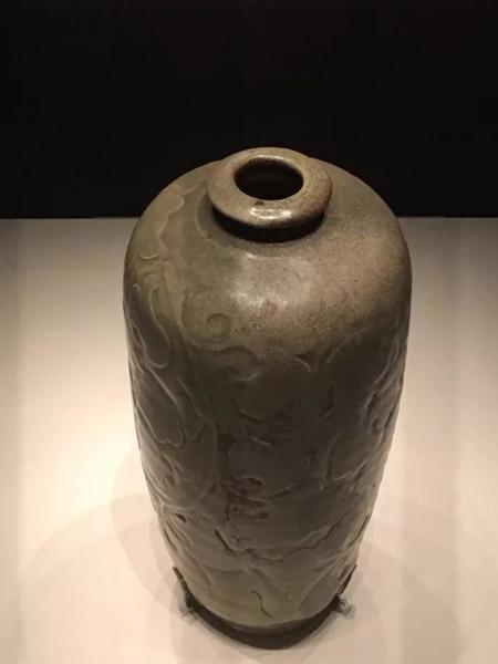 历数千年梅瓶之美,宋、元时期,应是梅瓶的黄金时代,尤其是宋朝。甚至与宋并存的辽国和西夏,也在不约而同地模仿宋人制作梅瓶。在今天看来,这些似梅瓶而非梅瓶的器形,甚至都比明、清两朝后期的梅瓶器更漂亮。宋-耀州窑青釉刻花莱菔尊-国家博物馆藏