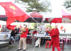 民进党党部前插满五星红旗 台民众高喊蔡英文下台