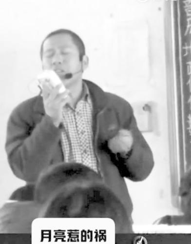 正在课堂上深情歌唱的王昭老师