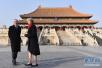 """厉害了""""梅姨""""!英国首相特雷莎携丈夫参观北京故宫 寒风中光腿不怕冷!"""