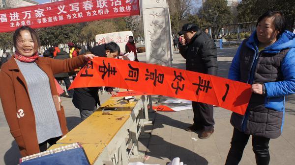 北京赛车app软件下载:义马独臂女子义写春联送祝福 暖暖情意感动城市