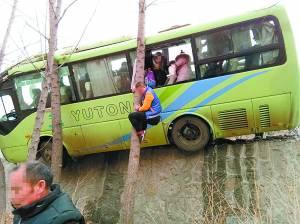 保定:客车险些翻下公路 乘客爬树逃生
