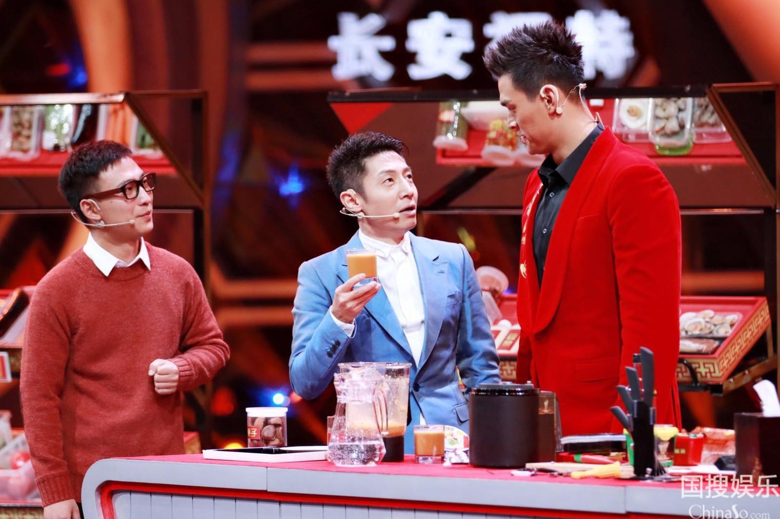 撒贝宁与孙杨讨论饮料