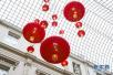 中国灯笼高挂比利时知名景点庆贺狗年新春