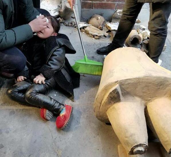 复制兵马俑砸伤女童