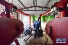 新疆:沙漠边缘保电备春耕