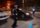 河北一司机拒绝配合执法 交警铁锤破窗查酒驾
