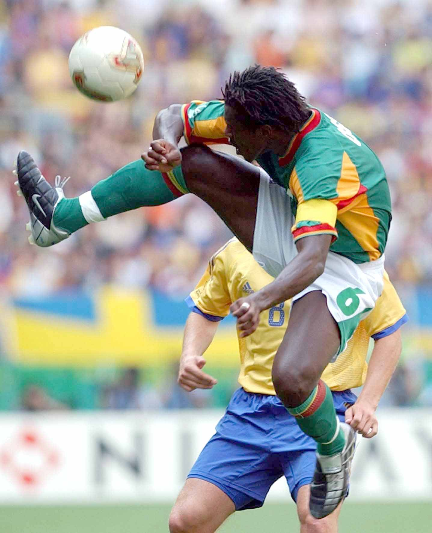 图为2002年6月16日,在日本大分进行的韩日世界杯八分之一决赛中,塞内加尔队球员西塞(前)在比赛中。
