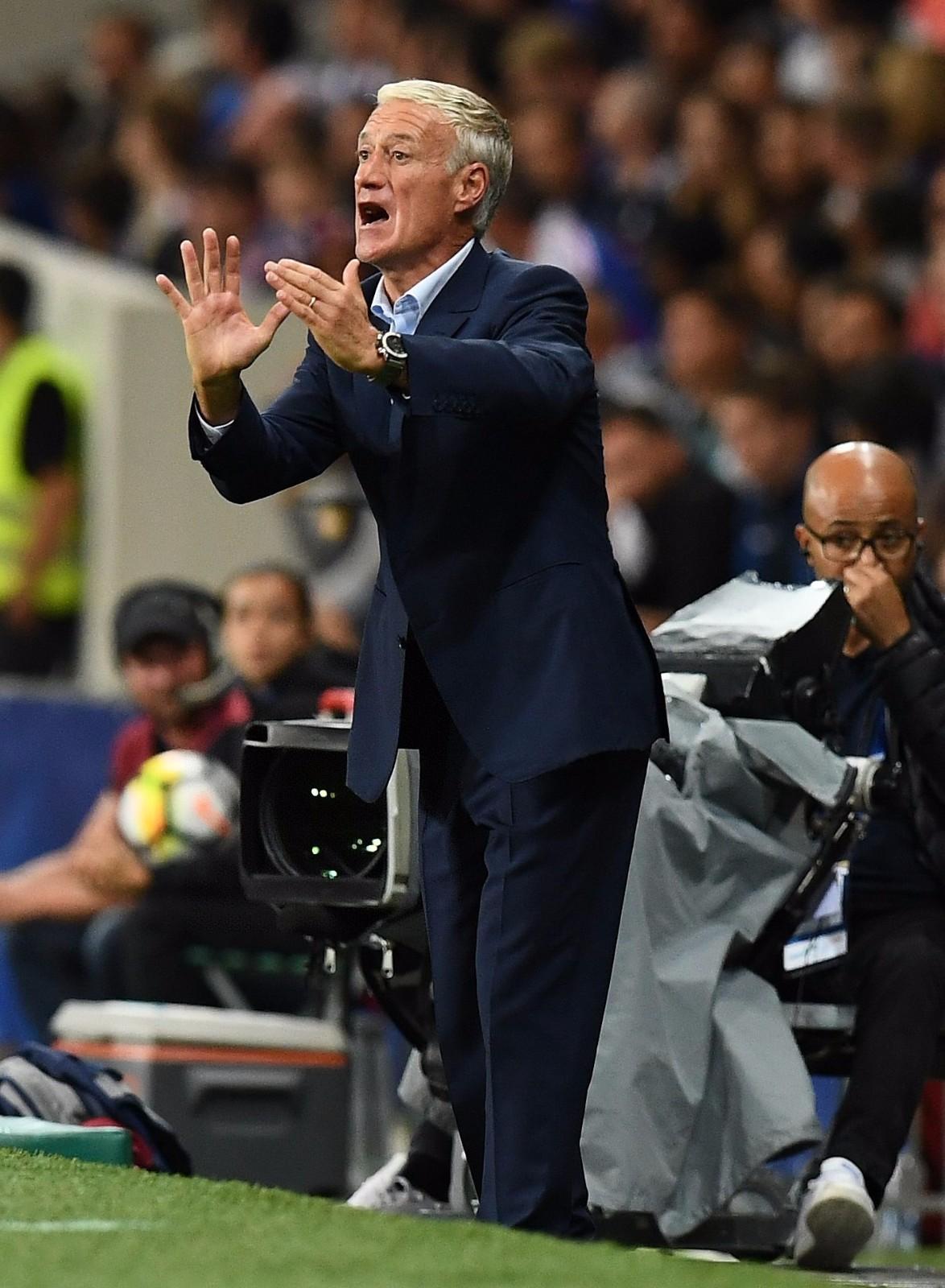 图为2017年9月3日,在2018年俄罗斯世界杯预选赛欧洲区对阵卢森堡队的比赛中,法国队主教练德尚在场边指挥。