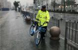 百余共享单车肆意停放 堵住镇江火车站出租车接客通道