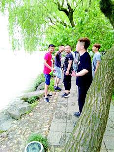 婆婆西湖边拍照不慎落水 老伴下水相救先后被拉起
