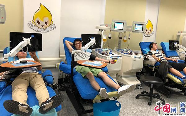 2018 年6月12日,北京红十字血液中心,无偿献血者正在机采。中国网记者 董小迪 摄