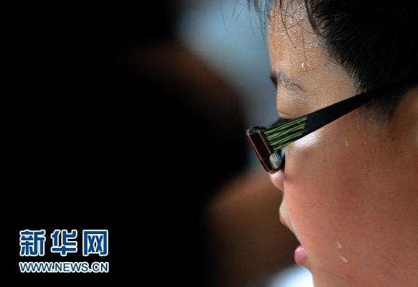 中国青少年体质堪忧 近视顽疾到底怎么治?