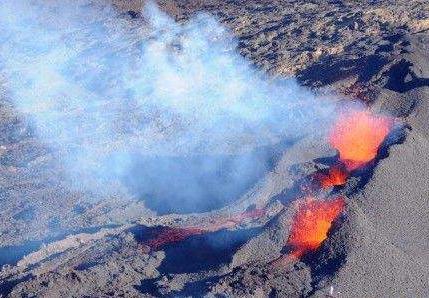 壮观!法属留尼汪岛火山喷发