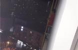 6岁娃挂在15层楼外侧哭喊,民警3分钟狂奔上楼救人