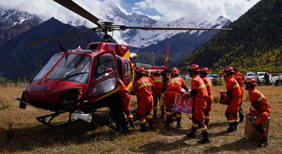 雅江堰塞湖区:雪山脚下的空中救援