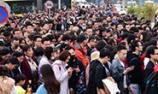 北京游客挤爆香山看红叶