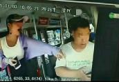 周口一女子抢夺公交方向盘并对脚踹司机 警方介入