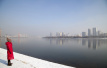 吉林:雾色笼罩下的松花江畔