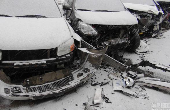 沈阳一吉普车连撞六辆机动车 现场一片狼藉