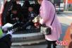 两儿童被藏后备箱乘车赶庙会 司机涉超载受到处罚