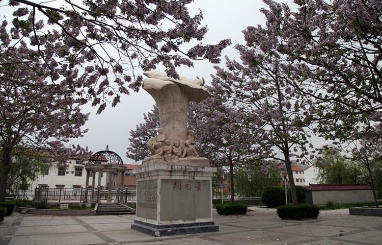 兰考县滨河公园内,桐花雕塑巍然挺立。