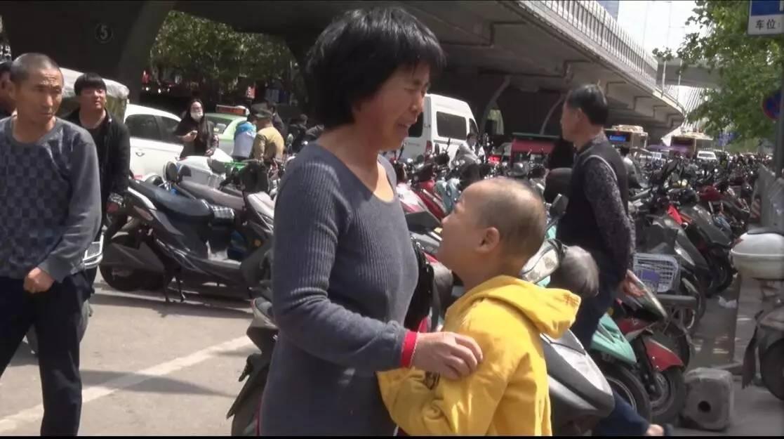七岁白血病患儿郑州人海寻母:妈妈能不能回来救救我