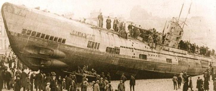 德国潜艇冲上沙滩成市民大玩具