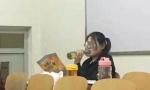 考研女生对着啤酒瓶吹 喝酒可帮人学习外语