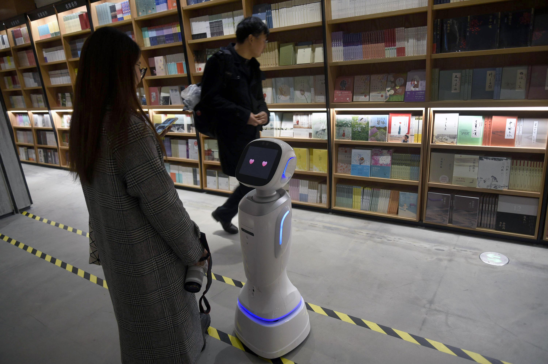 机器人店员亮相杭州新华书店