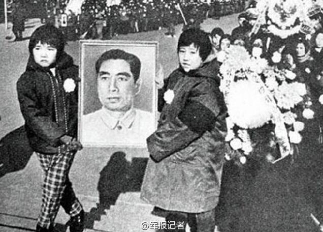 1976年1月8日,周恩来逝世。3天后的11日,当周总理的灵车经长安街驶往八宝山时,首都百万群众自发伫立街旁,目送总理离去。大国总理,身后没有子女也没有财产,却有十里长街百万群众洒泪送别。人民总理人民爱!