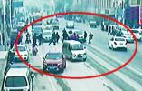 揪心!4岁男孩被卷入车底 众人合力抬车救人!