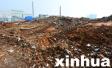 济南:渣土车偷偷将建筑垃圾倾倒在路边 你让谁来买单