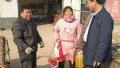 河南睢县法院春节前走访慰问困难群众