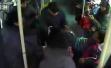 小学生上公交车挤老人抢座,老人将其拽下座位面对指责不认错
