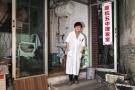 86岁的她可能是杭州最老的理发师 老外带着翻译来捧场