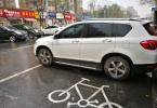 杭州两个小区居民家门口断头路成停车场 每天违停350辆