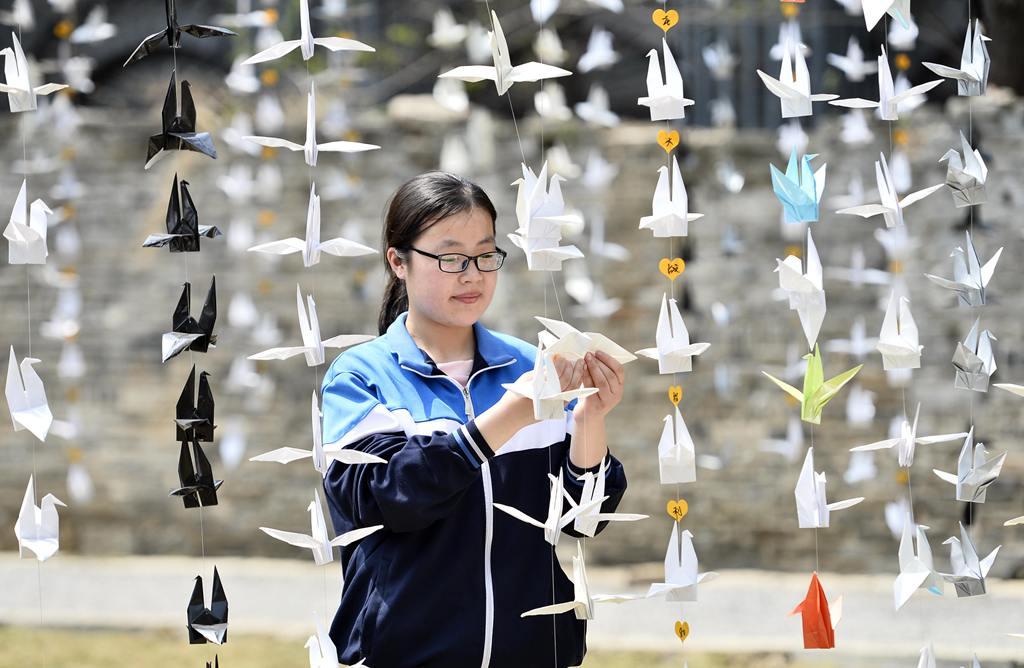 台儿庄:制作千纸鹤缅怀先烈