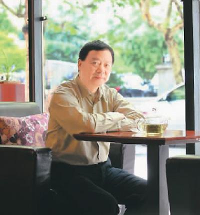 俞昌博士与合作伙伴开了一上午的会议。正好到了午餐时间,他坐在公司旁边的咖啡厅小憩。虽然累,但他觉得一切的辛苦和付出都值得。