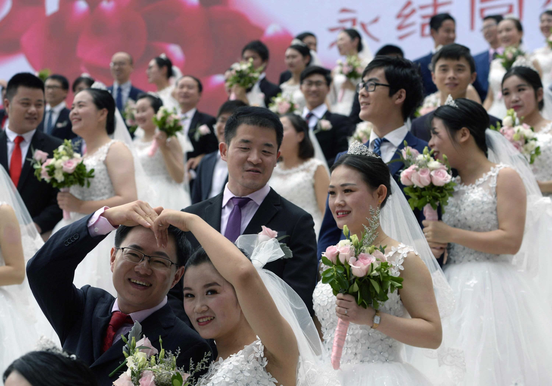 杭州举行2018新杭州人大型集体婚礼