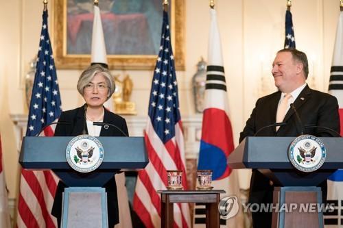 当地时间5月11日,在华盛顿美国国务院大楼,康京和(左)与蓬佩奥共同会见记者,介绍会谈结果。(图片来源:韩联社)