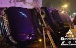 哈尔滨一辆路虎越野车失控撞飞隔离带 停在路边五车遭秧