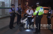 济南民警严查摩托车违法 一男子无证驾驶还穿拖鞋