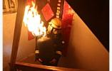 """常州一民房起火 男子坠楼消防员作""""肉垫""""被砸骨折"""