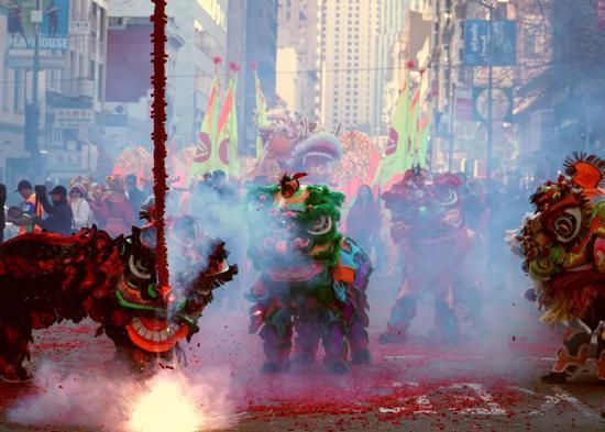2月5日,在旧金山唐人街,人们参加大年初一舞龙舞狮庆祝活动。新华社记者吴晓凌摄