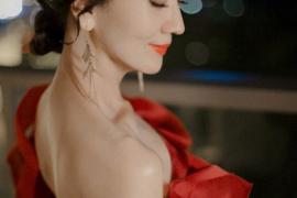 赵雅芝一袭红裙亮相优雅迷人 秀香肩锁骨尽显好身材