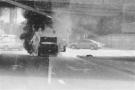私家车行驶中突自燃烧得仅剩金属架 过路车辆纷纷躲避