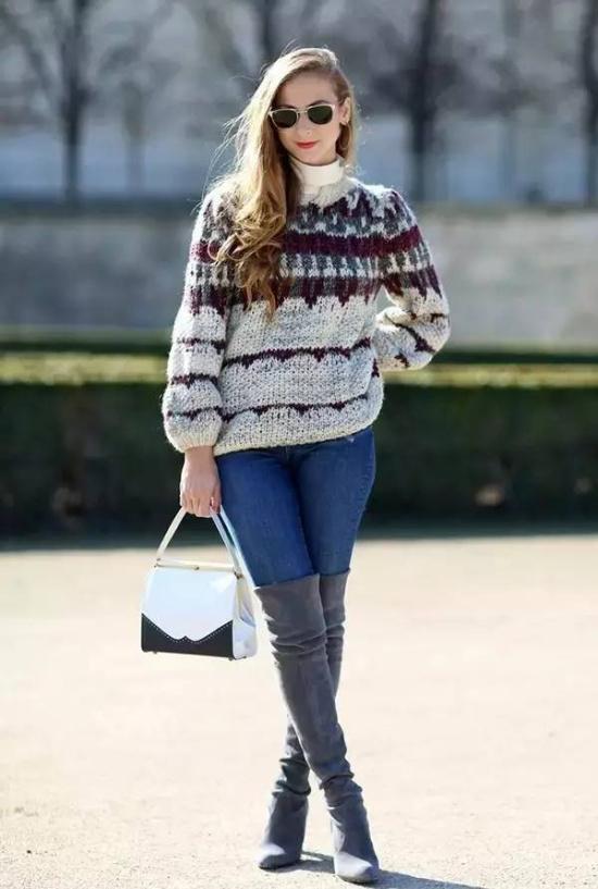 色作为秋冬最显气质的颜色,和同色系的牛仔裤,搭出高级的层次感